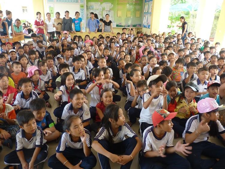 Khoa Qurn trị Kinh Doanh tổ chức sân chơi trung thu cho các em thiếu nhi ở Cần Giờ