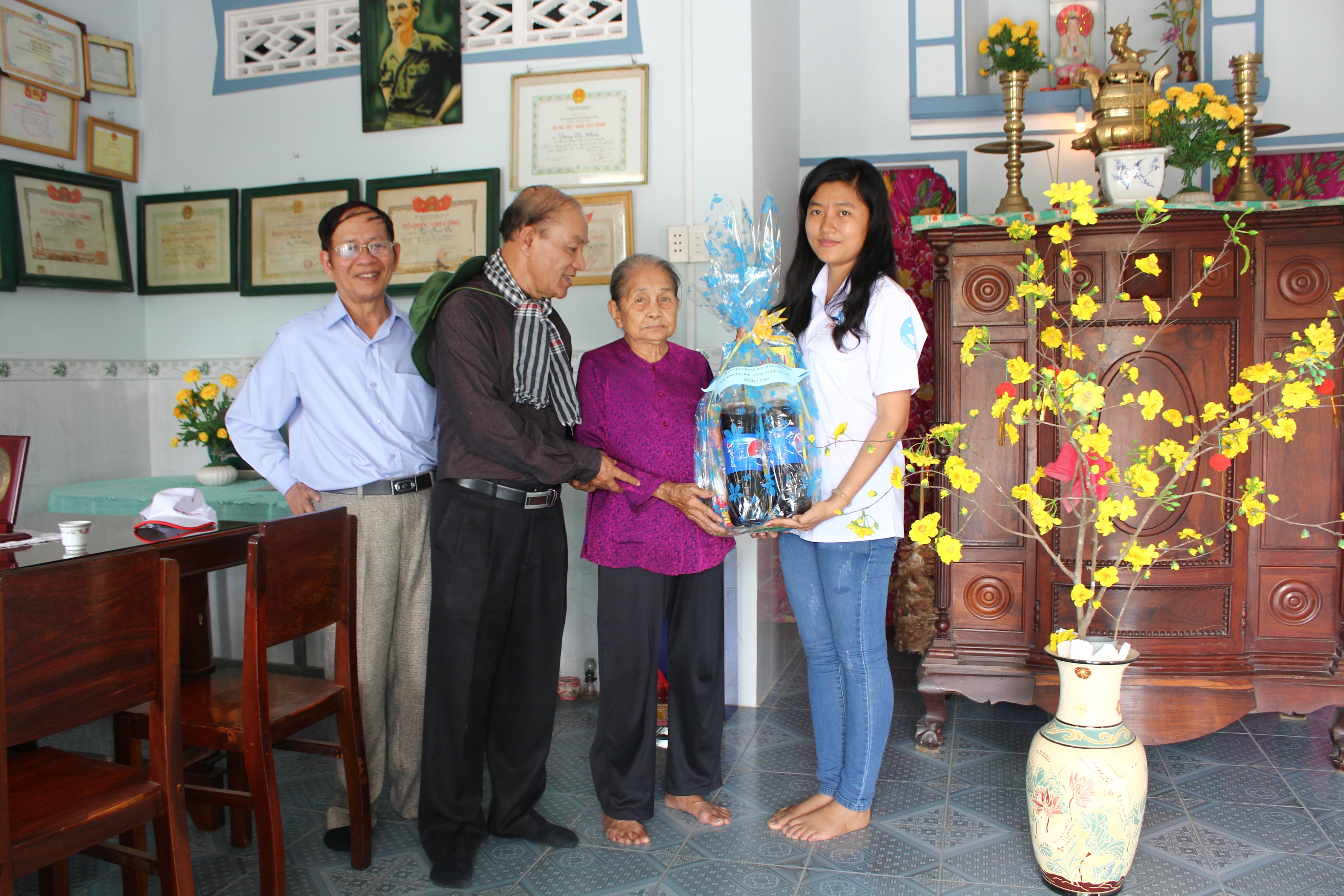 TS Trần Hồi Sinh và Đ/c Trương Thị Ngọc Minh thăm và tặng quà cho Mẹ Việt Nam anh hùng