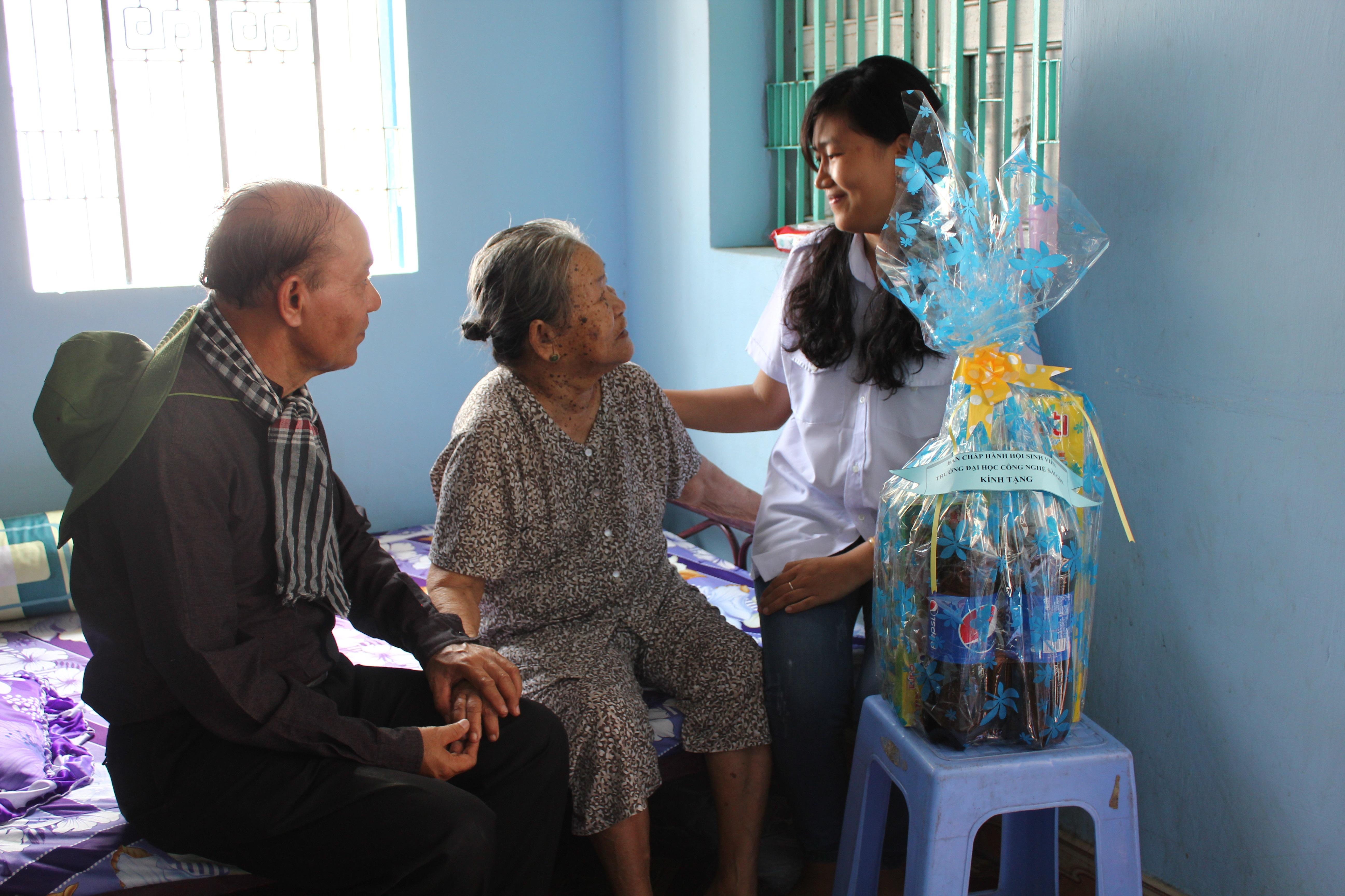 TS. Trần Hồi Sinh và Đ/c Trương thị ngọc Minh thăm và tặng quà cho Mẹ Việt Nam anh hùng