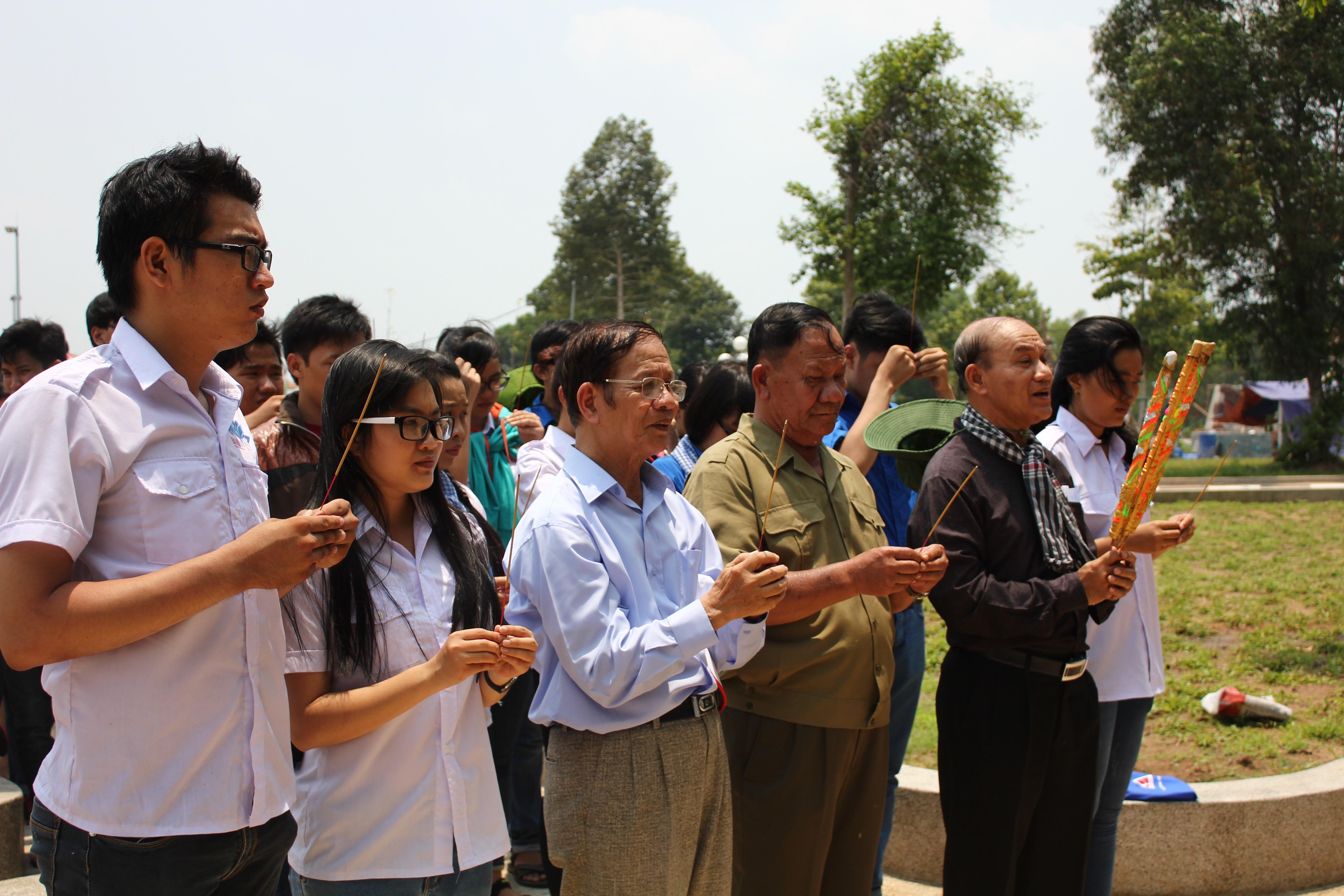 Thắp hương ở tượng đài Mẹ Việt Nam anh hùng xã Phú An
