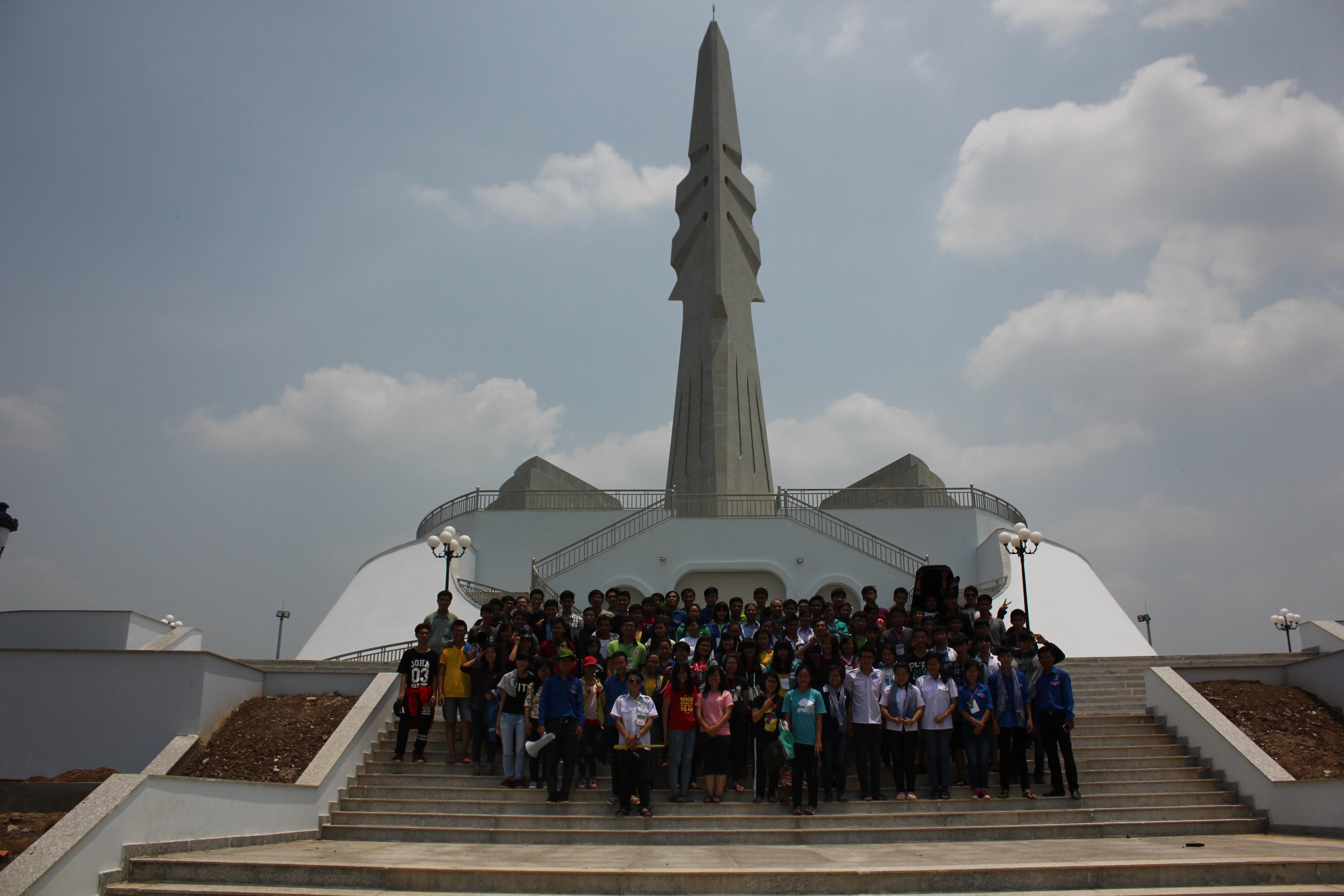Chụp ảnh lưu niệm ở tượng đài Tam Giác Sắt